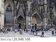 Купить «Koeln, Germany, passers-by at Cologne Cathedral», фото № 28948108, снято 1 августа 2017 г. (c) Caro Photoagency / Фотобанк Лори