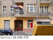 Купить «Berlin, Germany, umbrellas and privacy on a balcony in the Weichselstrasse in Berlin-Neukoelln», фото № 28948376, снято 31 октября 2017 г. (c) Caro Photoagency / Фотобанк Лори