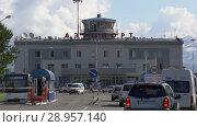 Купить «Автомобили едут в аэропорт Петропавловска-Камчатского (аэропорт Елизово)», видеоролик № 28957140, снято 6 августа 2018 г. (c) А. А. Пирагис / Фотобанк Лори