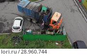 Купить «Вывоз мусора от подъезда городского многоквартирного дома в место утилизации. Time lapse», видеоролик № 28960744, снято 16 августа 2018 г. (c) А. А. Пирагис / Фотобанк Лори