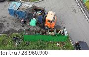 Купить «Мусоровоз с боковой загрузкой выгружает твердые бытовые отходы из контейнеров в кузов грузовика», видеоролик № 28960900, снято 16 августа 2018 г. (c) А. А. Пирагис / Фотобанк Лори