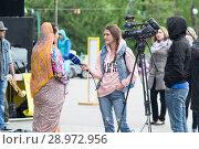 Купить «Tyumen, Russia, on August 18, 2018: The journalist and the video operator of one of TV channels of Tyumen interview», фото № 28972956, снято 18 августа 2018 г. (c) Землянникова Вероника / Фотобанк Лори