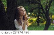 Купить «Woman Blow on a Dandelion», видеоролик № 28974496, снято 15 июня 2018 г. (c) Илья Шаматура / Фотобанк Лори