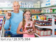 Купить «parent and daughter picking up some food», фото № 28975984, снято 4 июля 2018 г. (c) Яков Филимонов / Фотобанк Лори