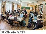 Школьный класс во время урока, третьеклассники за партами, учитель у доски (2016 год). Редакционное фото, фотограф Кекяляйнен Андрей / Фотобанк Лори