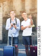 Купить «Traveling friends are walking around the European city», фото № 28981668, снято 1 августа 2017 г. (c) Яков Филимонов / Фотобанк Лори