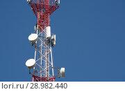 Купить «Антенна сотовой связи на фоне синего неба», фото № 28982440, снято 6 августа 2018 г. (c) Сапрыгин Сергей / Фотобанк Лори