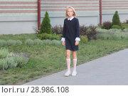 Купить «Девочка школьница в элегантном платье идет в школу», фото № 28986108, снято 13 августа 2018 г. (c) Милана Харитонова / Фотобанк Лори