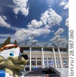 Купить «Official mascot of the 2018 FIFA World Cup in Russia-- wolf Zabivaka and Luzhniki Olympic Complex -- Stadium for the 2018 FIFA World Cup. Moscow», фото № 28987060, снято 10 августа 2018 г. (c) Владимир Журавлев / Фотобанк Лори