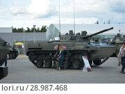 Купить «Девушки около боевой машины десанта», фото № 28987468, снято 22 августа 2018 г. (c) Виктор Юрасов / Фотобанк Лори