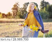 Купить «teenager girl on bike in summer field», фото № 28989700, снято 22 августа 2018 г. (c) Майя Крученкова / Фотобанк Лори