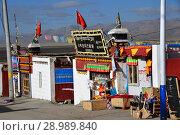Тибет, центральная улица в городе Дорчен (2018 год). Редакционное фото, фотограф Овчинникова Ирина / Фотобанк Лори
