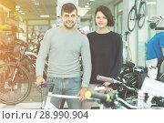 Купить «Modern couple standing with sport bicycle», фото № 28990904, снято 8 января 2018 г. (c) Яков Филимонов / Фотобанк Лори
