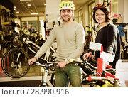 Купить «couple in helmet standing with cycle», фото № 28990916, снято 8 января 2018 г. (c) Яков Филимонов / Фотобанк Лори