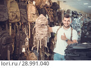 Купить «guy looking camouflage backpack in army store», фото № 28991040, снято 4 июля 2017 г. (c) Яков Филимонов / Фотобанк Лори