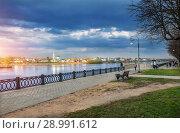 Купить «Синяя туча над городом A blue dark storm cloud over the Volga River», фото № 28991612, снято 30 апреля 2018 г. (c) Baturina Yuliya / Фотобанк Лори