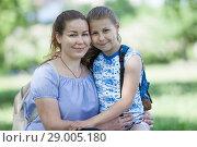Купить «Портрет мамы с десятилетней дочкой», фото № 29005180, снято 3 июня 2018 г. (c) Кекяляйнен Андрей / Фотобанк Лори