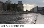 Купить «Река и город. Берлин, Германия», видеоролик № 29010440, снято 13 июля 2018 г. (c) Вадим Хомяков / Фотобанк Лори
