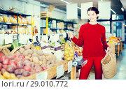 Купить «Salesman showing potato assortment», фото № 29010772, снято 1 марта 2017 г. (c) Яков Филимонов / Фотобанк Лори