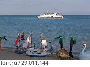 Купить «Пейзаж центрального пляжа с декорациями для фотографирования и проплывающим на против теплоходом Янина в Евпатории, Крым», фото № 29011144, снято 29 июня 2018 г. (c) Николай Мухорин / Фотобанк Лори