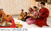 Family doing a pooja. Стоковое фото, фотограф IndiaPicture / easy Fotostock / Фотобанк Лори