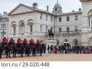 Купить «Mounted guards and tourists in London», фото № 29020448, снято 29 октября 2017 г. (c) EugeneSergeev / Фотобанк Лори