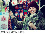 Купить «Teenage girl shopping at festive fair before Xmas», фото № 29021564, снято 12 декабря 2016 г. (c) Яков Филимонов / Фотобанк Лори
