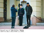 Купить «Два афроамериканца фотографируются на фоне гвардейца, стоящего в карауле. Королевский дворец в Осло, Норвегия», фото № 29021768, снято 24 февраля 2019 г. (c) Сергей Цепек / Фотобанк Лори
