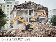 Купить «excavator crasher machine at demolition on construction site», фото № 29021828, снято 23 июля 2018 г. (c) Дмитрий Калиновский / Фотобанк Лори