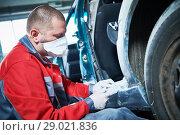Купить «auto repairman grinding automobile body», фото № 29021836, снято 29 августа 2018 г. (c) Дмитрий Калиновский / Фотобанк Лори