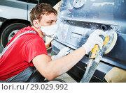 Купить «auto repairman grinding autobody», фото № 29029992, снято 29 августа 2018 г. (c) Дмитрий Калиновский / Фотобанк Лори