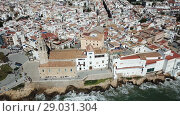 Купить «Video of aerial view of mediterranean resort town Sitges, Spain», видеоролик № 29031304, снято 27 апреля 2018 г. (c) Яков Филимонов / Фотобанк Лори