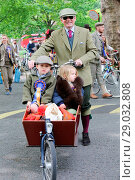 Купить «Riders gather for a picnic in Geraldine Mary Harnsworth Park. The Tweed Run is one of London's most visually stunning and wonderfully British public bicycle...», фото № 29032808, снято 6 мая 2017 г. (c) age Fotostock / Фотобанк Лори