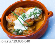 Купить «Cabbage rolls in leaves of cabbage in clay pot with sour cream», фото № 29036040, снято 21 сентября 2018 г. (c) Яков Филимонов / Фотобанк Лори