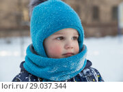 Купить «Child boy 2-3 years in winter outside in blue knitted woollen hat with pompon and scarf-snood. Close-up portrait», фото № 29037344, снято 21 марта 2018 г. (c) Юлия Бабкина / Фотобанк Лори