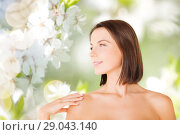 Купить «beautiful bare woman over green natural background», фото № 29043140, снято 25 июля 2013 г. (c) Syda Productions / Фотобанк Лори