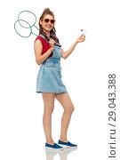 Купить «teenager with badminton rackets and shuttlecock», фото № 29043388, снято 30 июня 2018 г. (c) Syda Productions / Фотобанк Лори