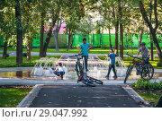 Купить «Еврейские дети играют у сухого фонтана в Новослободском парке (Зуевский, детский парк № 1)», фото № 29047992, снято 27 августа 2018 г. (c) Алёшина Оксана / Фотобанк Лори