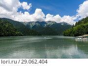 Купить «Абхазия. Озеро Рица летним днём на фоне синего неба с облаками», эксклюзивное фото № 29062404, снято 5 июня 2018 г. (c) Игорь Низов / Фотобанк Лори