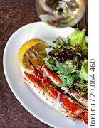 Купить «Defocus legs or claws of king crab, lemon and wine», фото № 29064460, снято 11 июля 2017 г. (c) katalinks / Фотобанк Лори