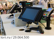 Рабочее место кассира. Кассовый аппарат в магазине (2018 год). Редакционное фото, фотограф Юлия Юриева / Фотобанк Лори