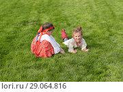 Купить «Дети в русских национальных костюмах играют на траве», фото № 29064816, снято 8 сентября 2018 г. (c) Ирина Носова / Фотобанк Лори