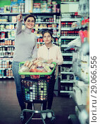 Купить «Ordinary woman and girl with shopping cart», фото № 29066556, снято 5 января 2017 г. (c) Яков Филимонов / Фотобанк Лори