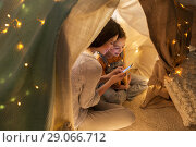 Купить «happy family with smartphone in kids tent at home», фото № 29066712, снято 27 января 2018 г. (c) Syda Productions / Фотобанк Лори