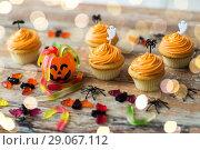 Купить «halloween party decorated cupcakes on wooden table», фото № 29067112, снято 6 июля 2017 г. (c) Syda Productions / Фотобанк Лори