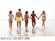Купить «happy friends walking along summer beach», фото № 29067388, снято 29 июля 2018 г. (c) Syda Productions / Фотобанк Лори