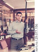 Купить «Salesman showing rifle», фото № 29077156, снято 11 декабря 2017 г. (c) Яков Филимонов / Фотобанк Лори