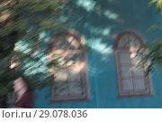 Купить «Абстрактная фотография с окнами и человеком», эксклюзивное фото № 29078036, снято 13 сентября 2018 г. (c) Дмитрий Неумоин / Фотобанк Лори