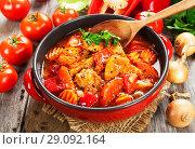 Купить «Мясо тушеное с овощами в сотейнике», фото № 29092164, снято 17 февраля 2018 г. (c) Надежда Мишкова / Фотобанк Лори
