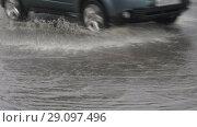 Купить «Легковые автомобили едут по луже, затопленной дороге во время дождя», видеоролик № 29097496, снято 18 сентября 2018 г. (c) А. А. Пирагис / Фотобанк Лори